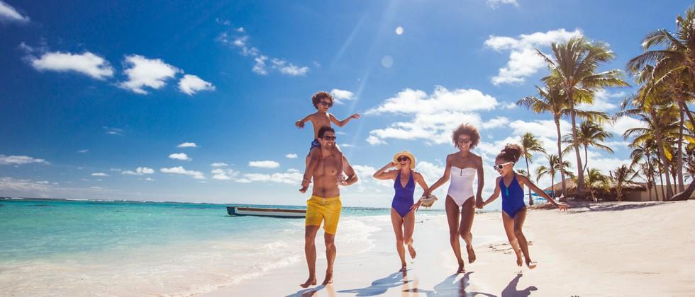 Familienspaß am Sandstrand von Punta Cana, Dominikanische Republik