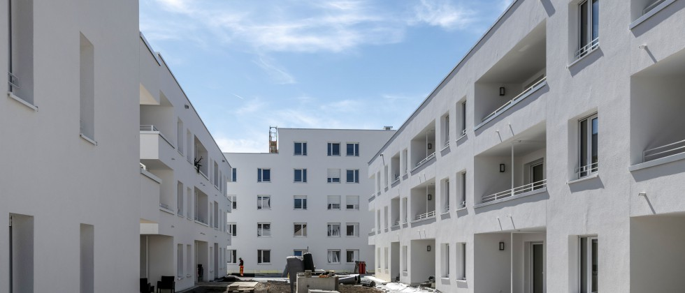 """(Foto: DBA Deutsche Bauwert AG) DBA Deutsche Bauwert AG stellt Neubauprojekt """"Quartiersplatz"""" fertig."""