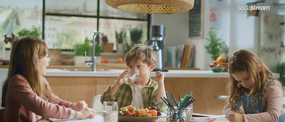 """(Foto: SodaStream) Der neue Werbefilm """"Meine Mama kann!"""" von SodaStream zeigt den Stellenwert der Marke für Konsumenten und moderne Familien von heute."""