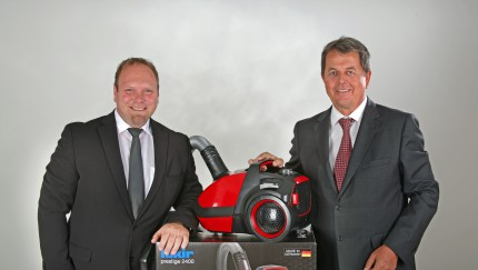 Scott Taylor (l.) and Holger R. Terstiege (r.) present the revolutionary Air Wave®-technology