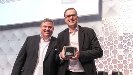 Vladimir Sizikov, Innovationsmanager bei THOMAS (rechts) freut sich mit Laudator Peter Flick, Vice President Sales Mobile Corporate Customers, Telekom Deutschland GmbH über den Digital Champions Award.