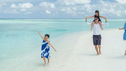 Türkisfarbenes Wasser und weißer Sandstrand bieten Erholung pur für die gesamte Familie im Club Med Kani auf den Malediven.