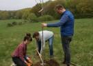 Das 14-köpfiges Team aus Frankfurt war im Oestricher Stadtwald unterwegs, um in Zusammenarbeit mit dem hiesigen Revierförster Markus Wehran junge Bäume zu setzen.