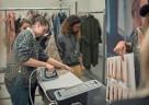 Stardesigner Dawid Tomaszewski vertraut bei der Eröffnungsfeier auf die Braun Dampfbügelstation CareStyle 7 Pro