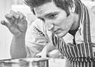 Spitzenkoch Christian Senff gibt den Teilnehmer der Kenwood-Kochkurse Einblick in die Vielfalt des Kochens mit der Cooking Chef Gourmet.