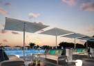 Poolbereich in Abendstimmung im Club Med Cefalù