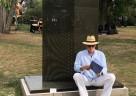 """Edgar Diehl vor seiner Skulptur """"Hemingways Koffer"""""""