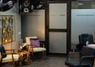Ein stilvolles Ambiente mit Antiquitäten und selbst gefertigten Möbeln erwartet die Kunden im Salon.