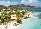 Weißer Sandstrand & türkisfarbenes, glasklares Wasser im Club Med Les Boucaniers auf Martinique.