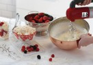 Der kMix Handmixer von Kenwood ist der ideale Küchenhelfer beim Rühren von Kuchenteig sowie Sahneschlagen.