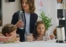 """(Foto: SodaStream) Im TV-Spot nimmt SodaStream seinen Claim """"Einfach sprudeln statt schwer schleppen!"""" wörtlich."""